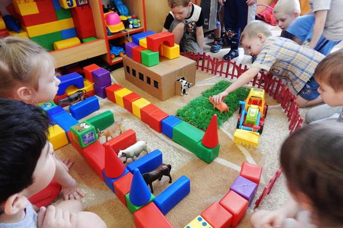 Дети в детском саду играют в зоопарк