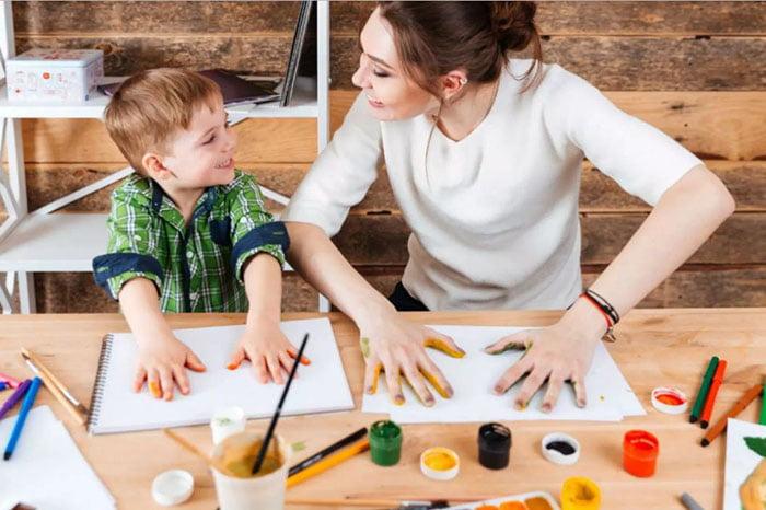 Мама учит ребенка рисовать