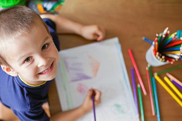 Пятилетний мальчик рисует
