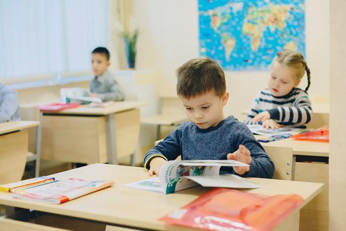 Дети на занятии по подготовке к школе