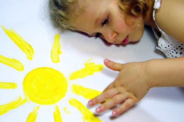 Девочка рисует солнце