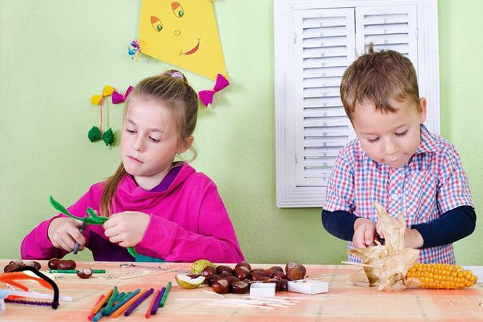 Дети мастерят поделки из природных материалов