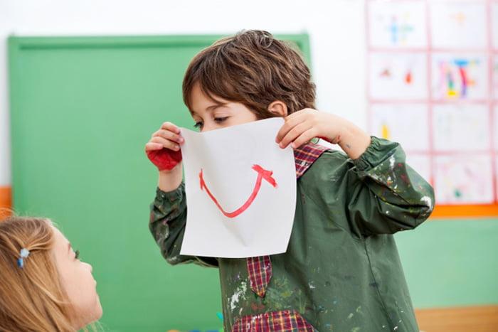 Мальчик нарисовал улыбку