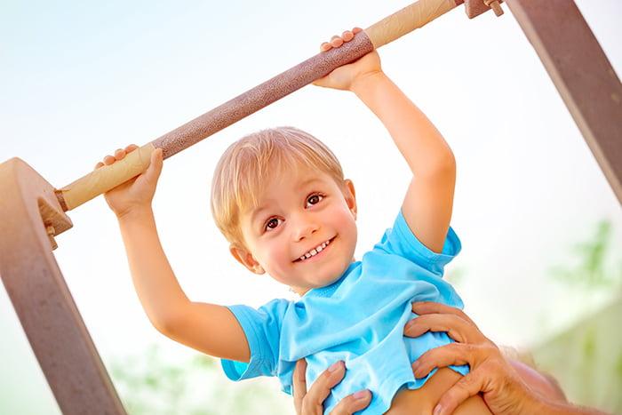 Ребенок учится подтягиваться