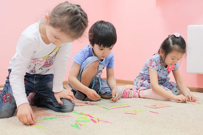 Дети со счетными палочками