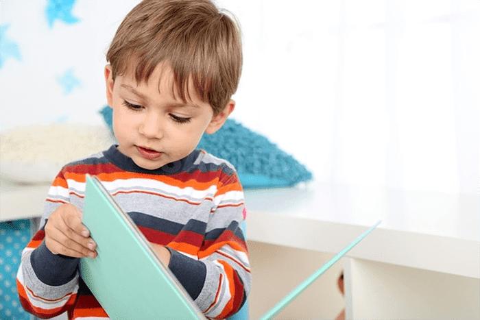 Малыш с книжкой