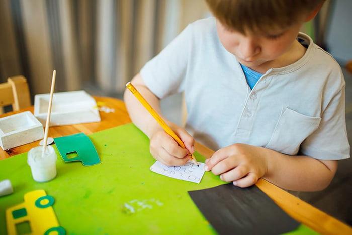Ребенок пишет на бумаге