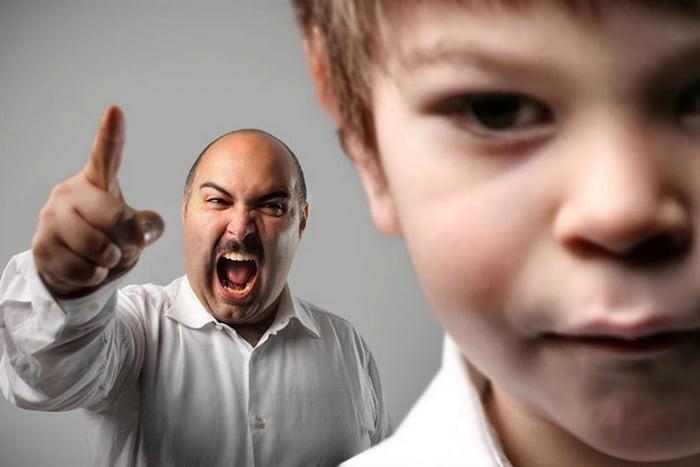 Мужчина кричит на мальчика