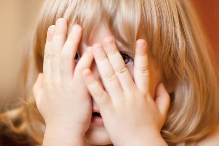 Ребенок боится и закрывает лицо руками