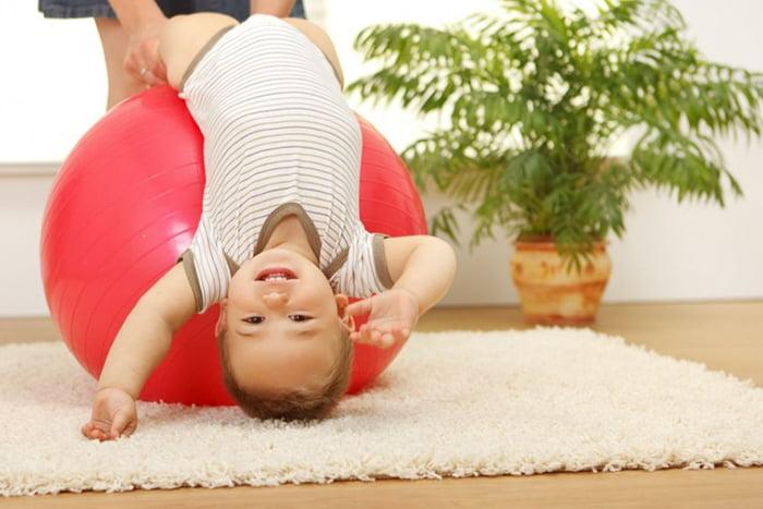Гимнастика на фитболе с малышом