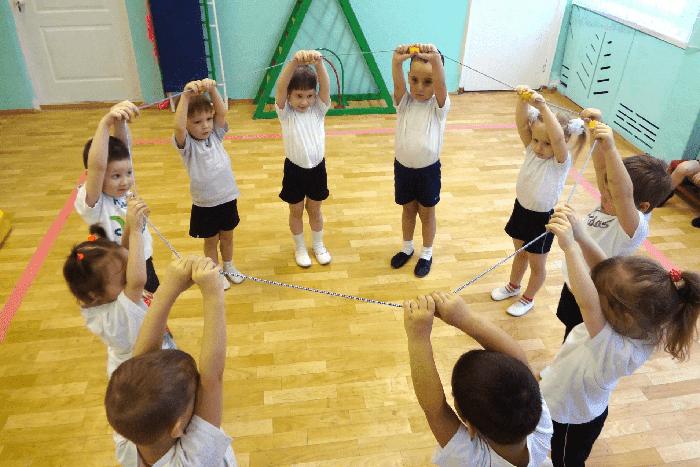 Малыши занимаются гимнастикой