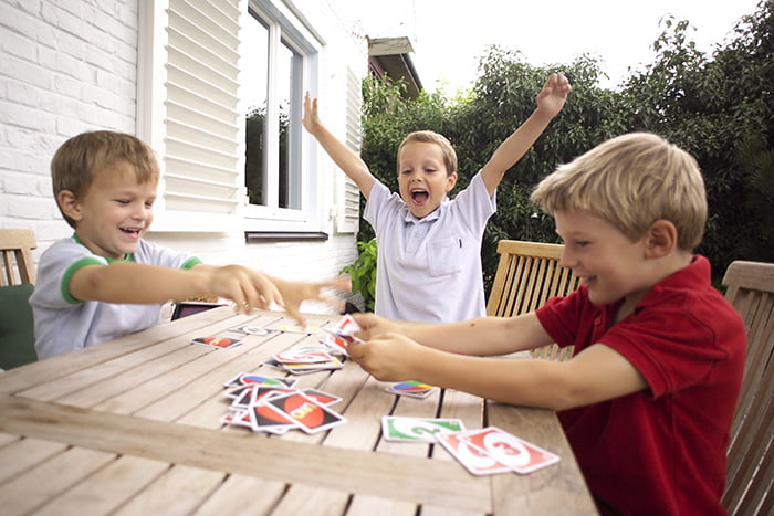 Дети играют в карточную игру