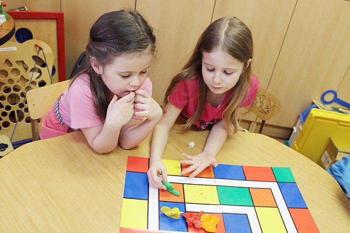Девочки играют в настольную игру