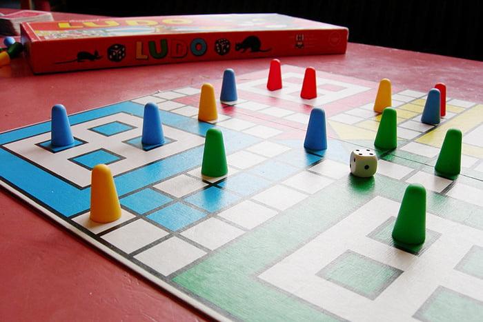 Настольная игра с цветными фишками