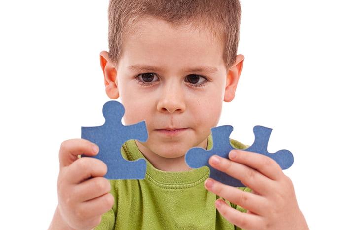 Мальчик с фрагментами пазла