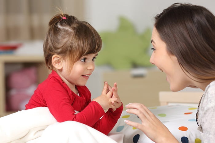 Мама с дочкой учат стих