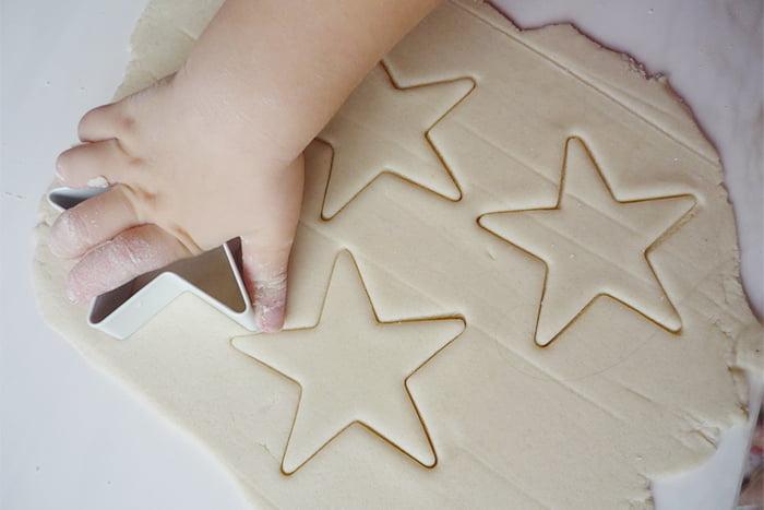 Ребенок вырезает звездочки из соленого теста