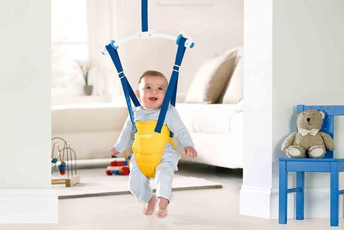 Ребенок в прыгунках