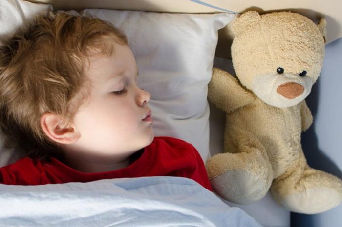 4-летний ребенок спит с игрушкой