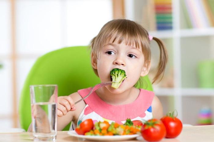 4-летняя девочка за обедом