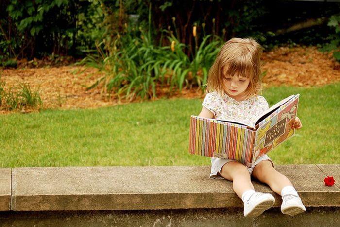 Девочка рассматривает книжку