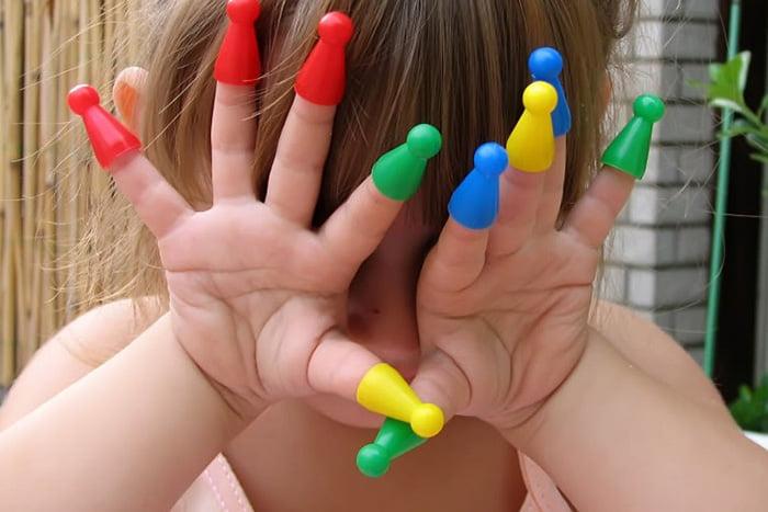 Ребенок с колпачками на пальчиках