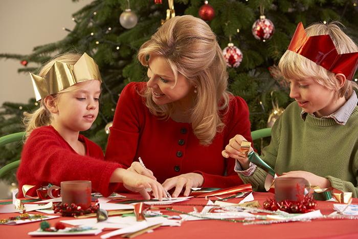 Дети с мамой делают новогодние поделки