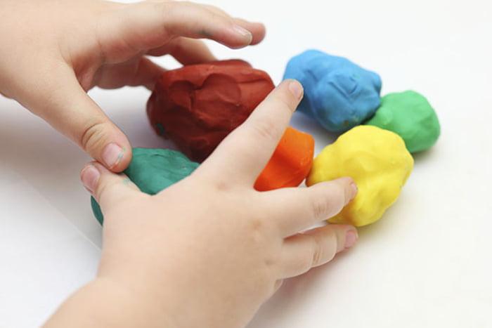 Ребенок лепит из цветного теста