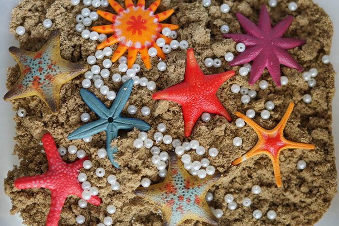 Домашняя песочница с игрушками и бусинами