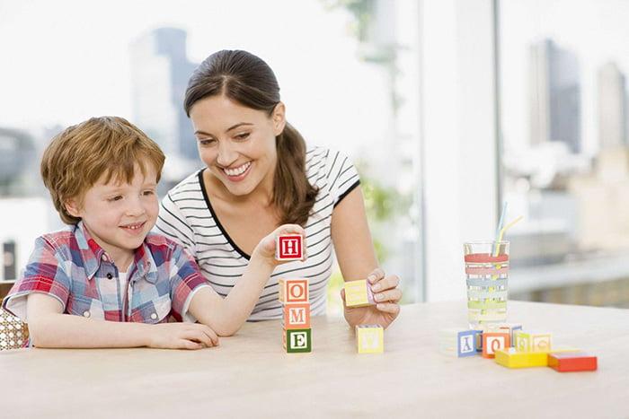 Ребенок складывает кубики с английскими буквами