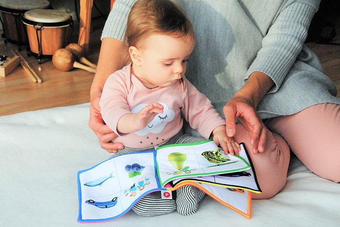 Мама показывает малышу детскую книжку