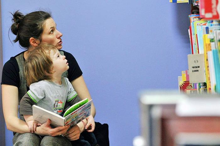 Ребенок с мамой выбирает детские книжки