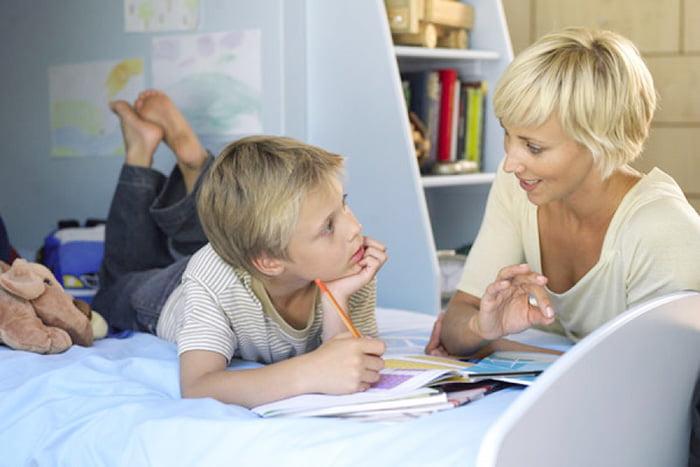 Мама помогает сыну делать уроки