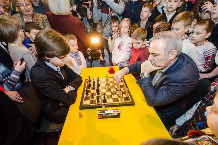 Гарри Каспаров на детском шахматном турнире