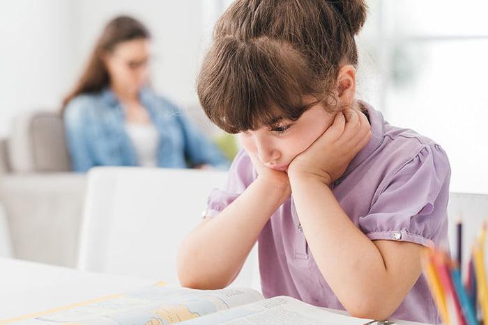 Уставшая девочка читает