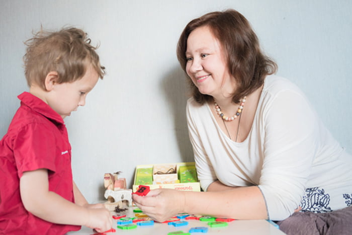 Логопед занимается с дошкольником