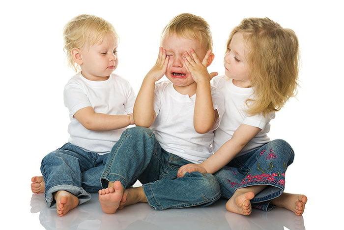 Девочки утешают плачущего мальчика