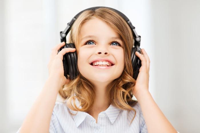 Девочка случает музыку