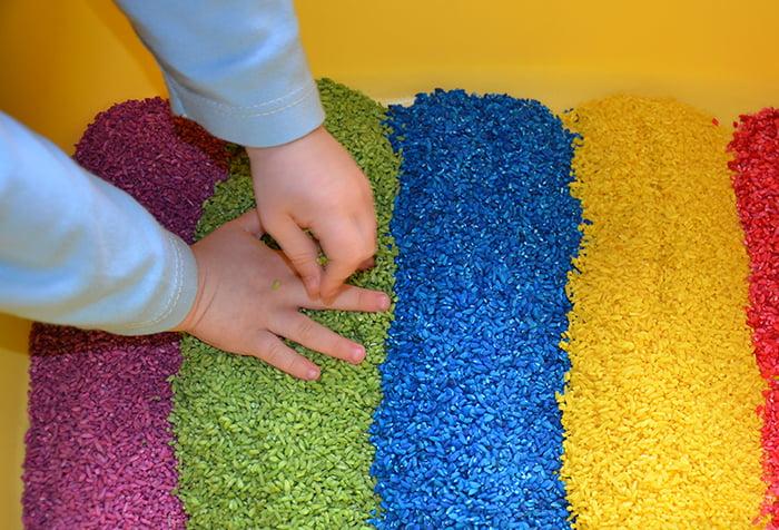Коробка с цветным рисом для игры