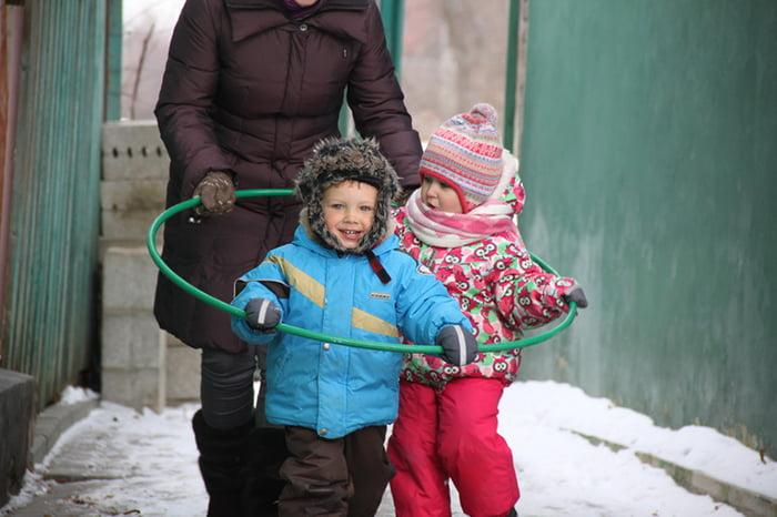 Зимние игры с обручем для детей