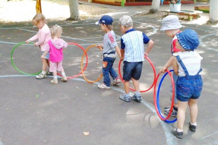Дети играют с обручами