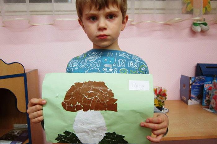 Мальчик сделал аппликацию из кусочков бумаги