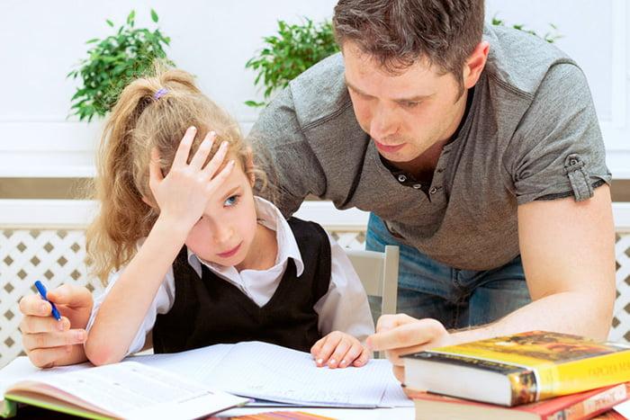Папа помогает дочке с уроками