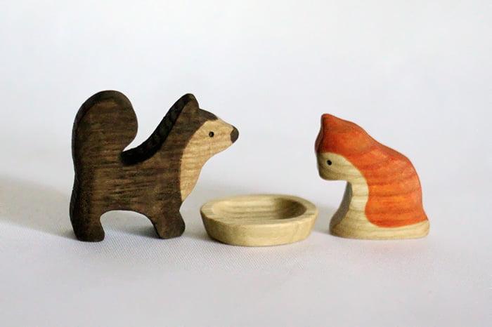 Деревянные фигурки собаки и кошки