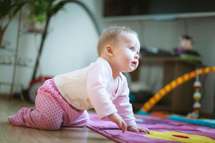 Малышка учится ползать