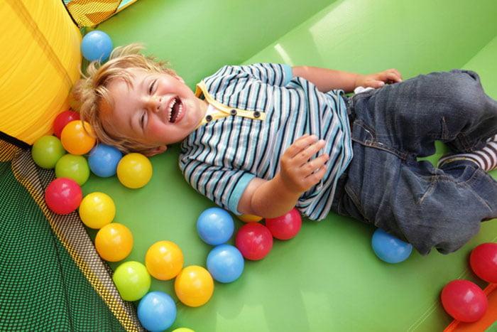 Трехлетний ребенок в игровой комнате