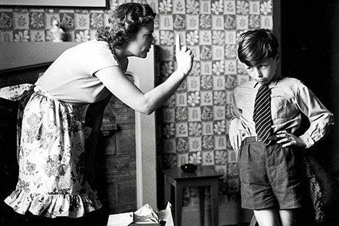 Старая фотография - мама ругает мальчика