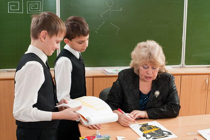 Ученики и учитель в классе