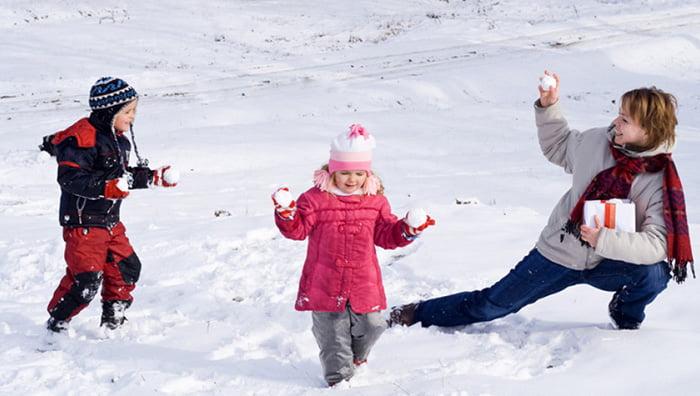Мама играет с детьми в снежки