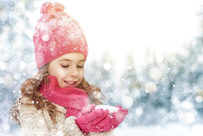 Девочка держит снег в руках